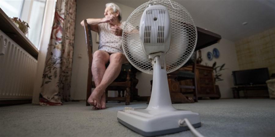 Een oude dame is in haar huis tijdens de hittegolf.