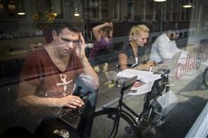 Mensen werken met laptop in café