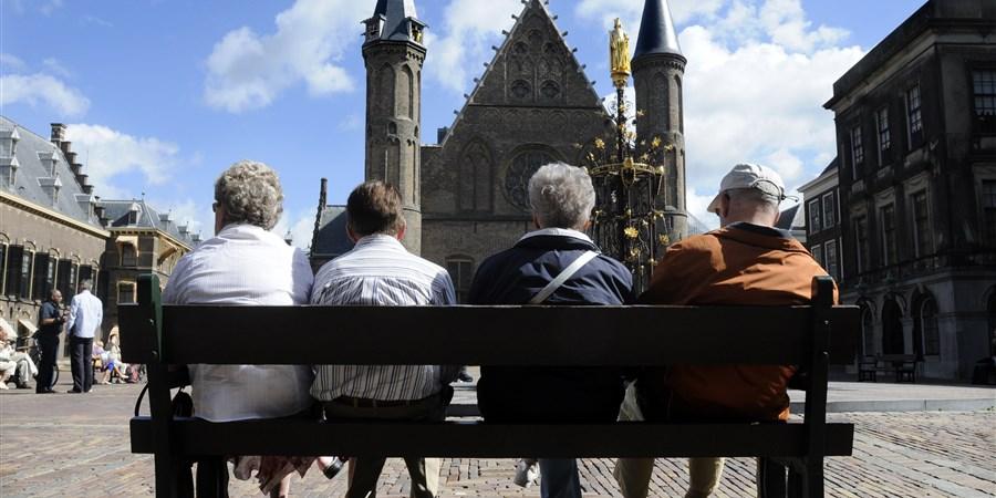 Mensen op bankje op het Binnenhof in Den Haag