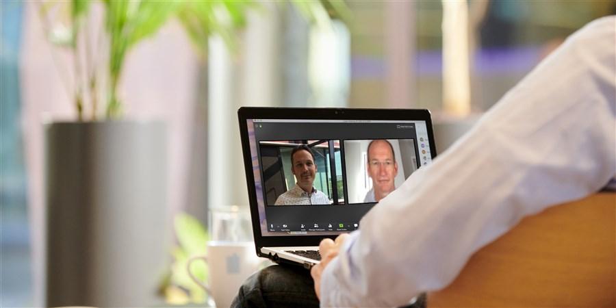 CBS onderzoeker Mathijs Jacobs (links) overlegt met Johan Visser (rechts) van het Kennisinstituut voor mobiliteitsbeleid (KiM). Door corona gebeurt dit met een beeldverbinding.