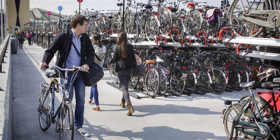 Fietser zoekt plekje in overvolle fietsenstalling