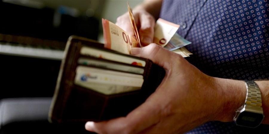 Portefeuille waar geld uit wordt gepakt