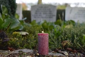 Kaarsje brandt op een begraafplaats