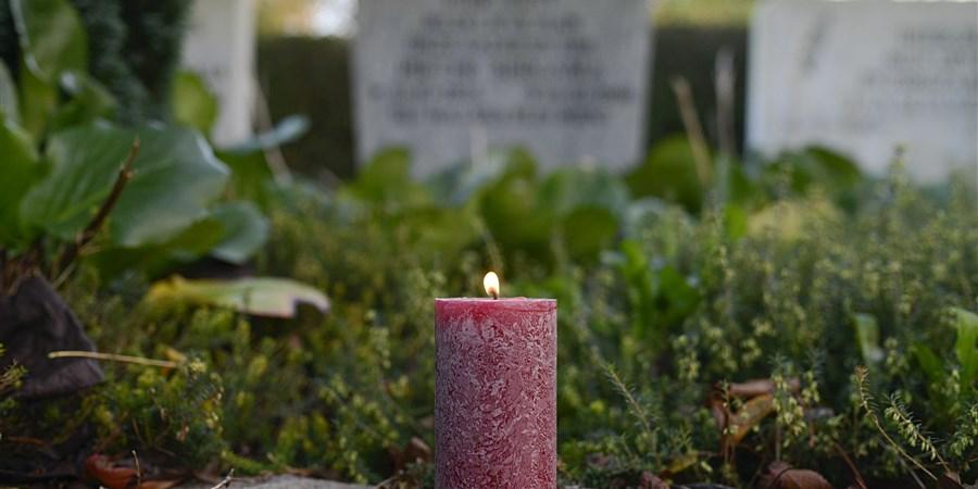 Kaars brandt op een begraafplaats