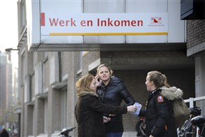Drie meiden voor de ingang van Werk en inkomen
