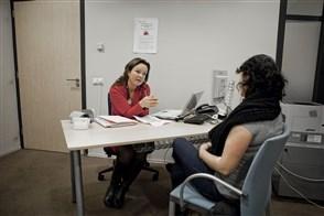 Vrouw op spreekuur bij bedrijfsarts