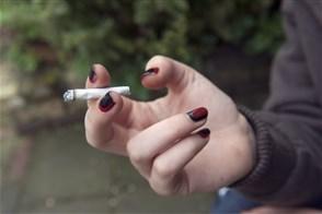 Meisje van 18 jaar rookt haar eerste sigaret.
