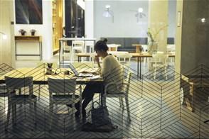 Vrouw aan het werk achter haar laptop