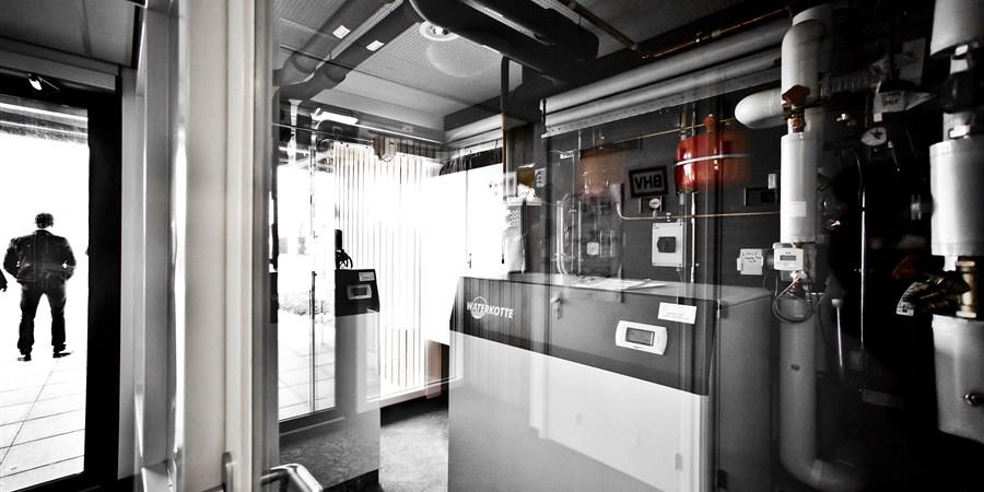 apparatuur in zorgcomplex die de aardwarmte omzet in energie.