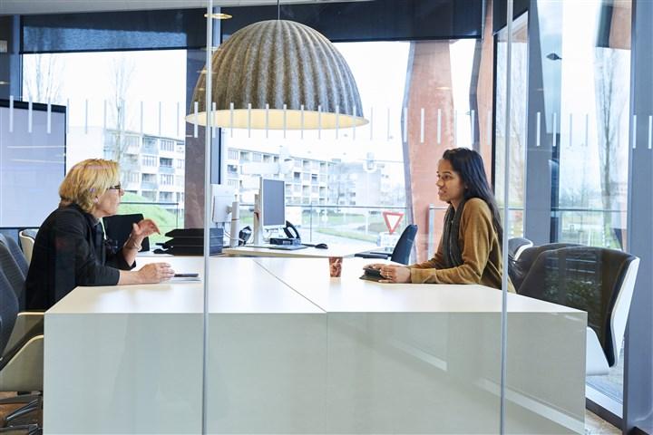 Mensen overleggen aan kantoortafel
