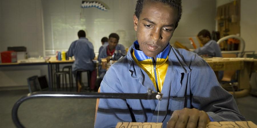 Vluchtelingen uit Eritrea op school tijdens het keuzevak techniek