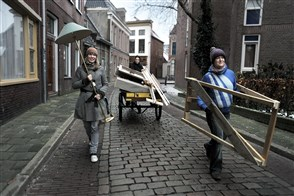 Jongeren verhuizen hun huisraad met een bakfiets in Groningen