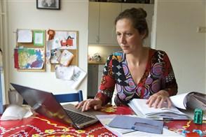 vrouw bezig haar aangifte belastingen te doen op laptop
