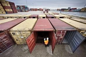 Inspectie van lege containers of deze weer geschikt zijn voor gebruik.