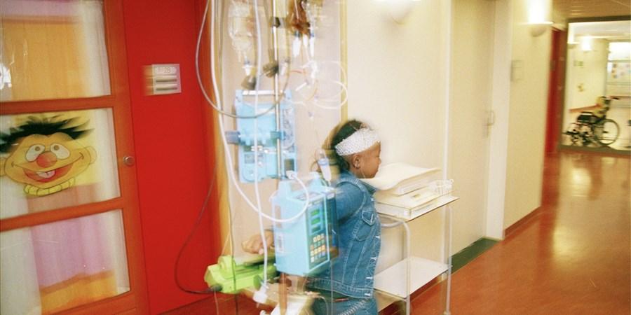 Surinaams meisje is met speciale regeling (een samenwerkingsverband tussen Nederland en Suriname) naar nederland gekomen om kanker te behandelen.