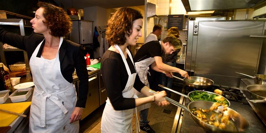 Koks aan het werk in de keuken van een restaurant