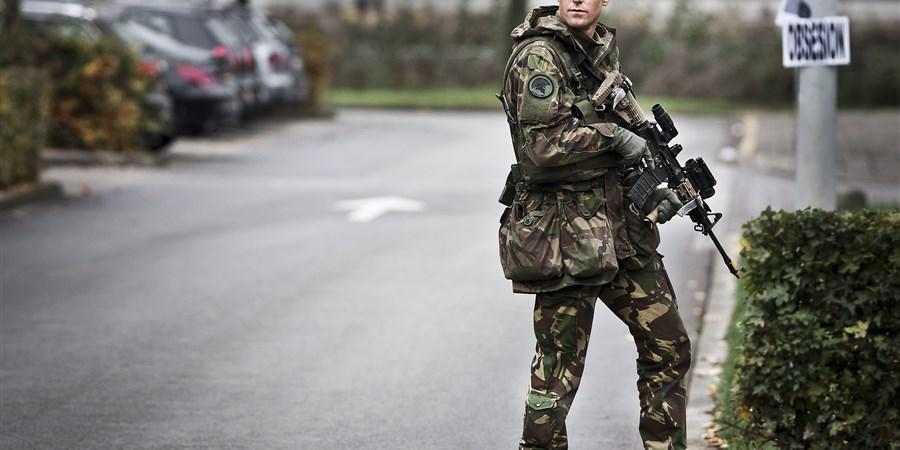 Militair in vol ornaat tijdens oefening