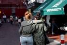 twee vrouwen (lesbisch) die arm om arm met elkaar lopen