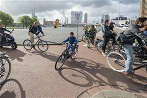 Mensen op de fiets onderweg naar hun werk