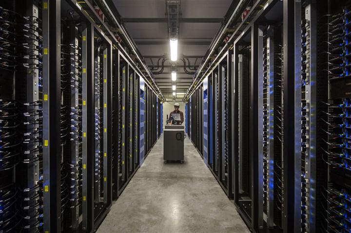 man loopt door een data service centrum