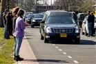 Mensen staan langs de weg in Uden, om afscheid te nemen van hun geliefde.