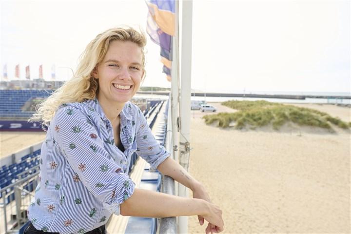 Maaike van Voorthuizen, applicatie developer, op het beach volleyball stadion in Den Haag