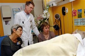 foto doktersbezoek bij patient in ziekenhuisbed