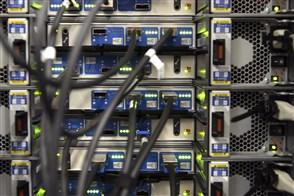 Kabels steken achterin servers en netwerkswitches in de computerruimte van een groot bedrijf