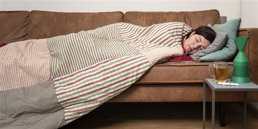 Vrouw ligt met griep op de bank