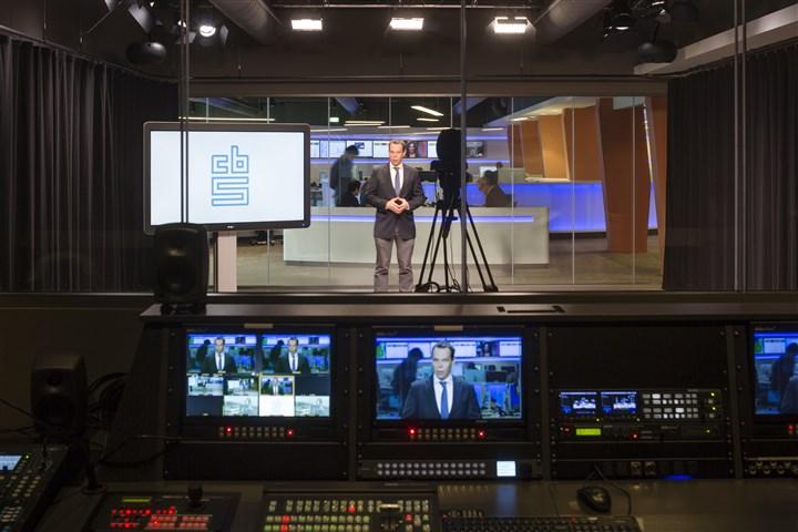 CBS-hoofdeconoom Peter Hein van Mulligen in een lege studio