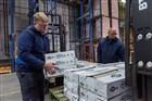 Medewerkers van een groothandel in fruit laden dozen op een pallet