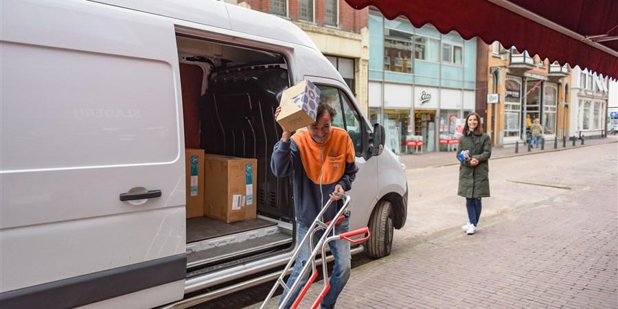Pakketbezorger aan het werk