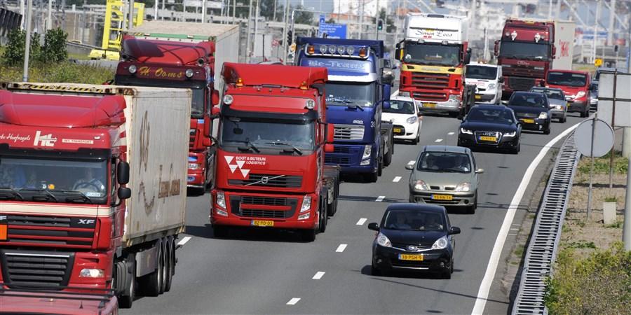 Vrachtwagens op de weg