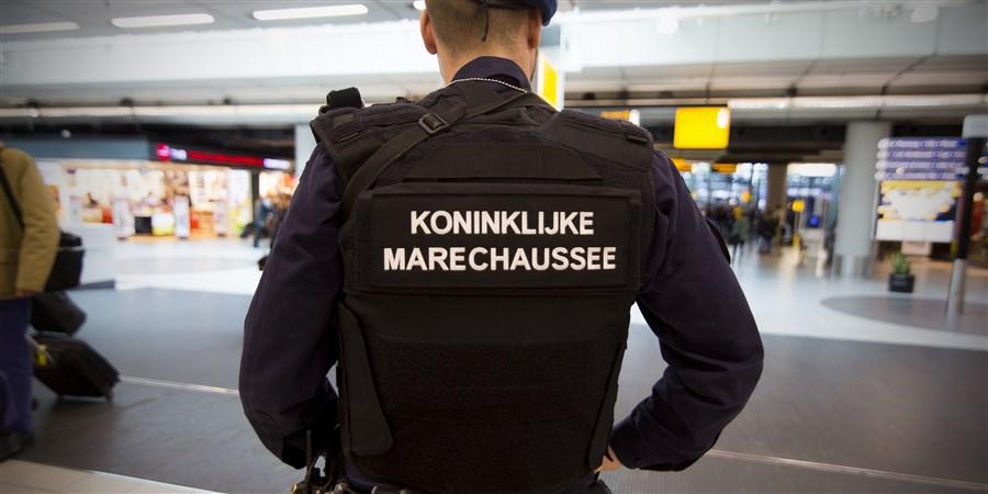 Beveiliging door de Koninklijke Marrechausse op Schiphol vanwege aanslagen Brussel.