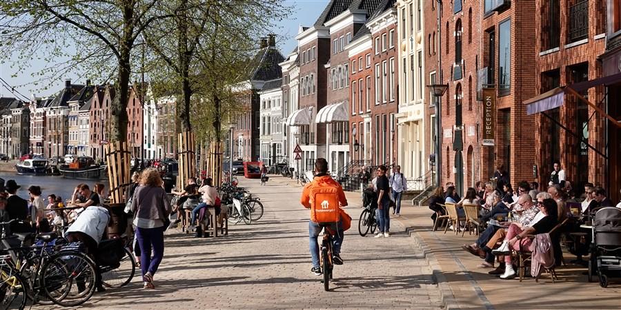 Mensen op terrassen aan de gracht in Groningen