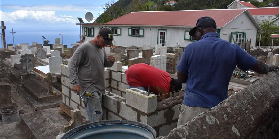 Men build house on Saba