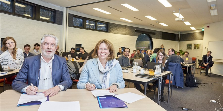dit is een foto van de ondertekening letter of intent door decaan prof. peter apers en astrid boeijen