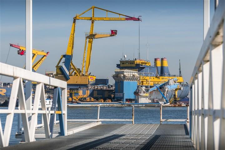 gele kranen; schepen; goederentrein; containers in haven van Rotterdam.