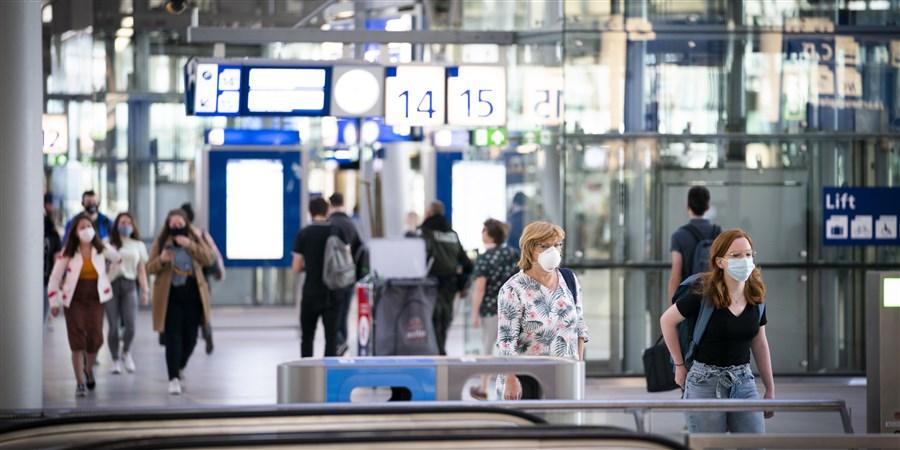 Reizigers met mondkapjes op Centraal Station Utrecht
