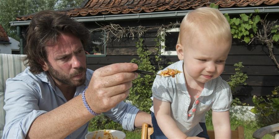 Nederland, Sluis, 20140809. Meisje van 1 jaar eet een bakje met pasta. Foto; Sabine Joosten/Hollandse Hoogte