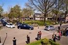 Rouwstoet met erehaag langs de weg op woensdag 15 april 2020 in de gemeente Laarbeek.