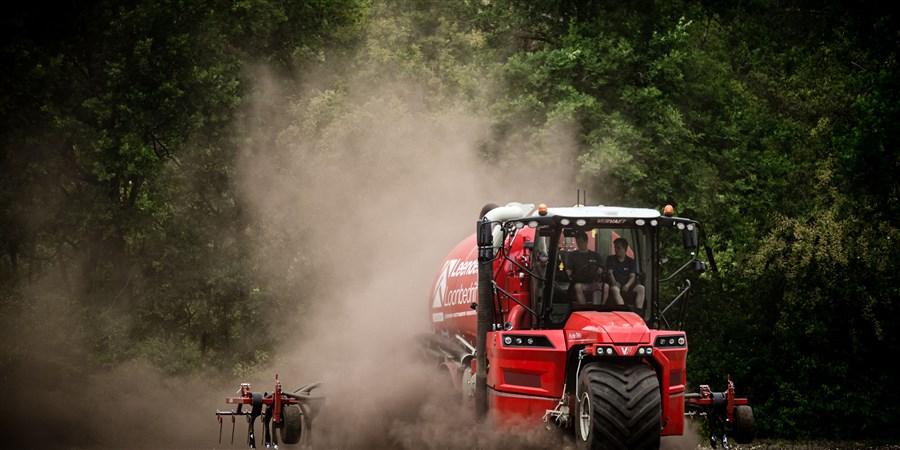 foto rijdende landbouwmachine