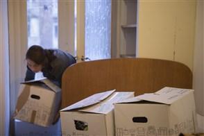 Vrouw in de weer met verhuisdozen