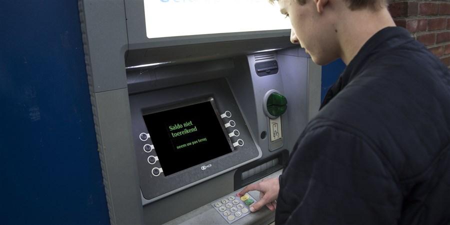 Jongere bij geldautomaat met ontoereikend saldo