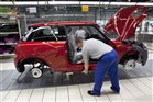 foto: monteur aan de slag in een autofabriek