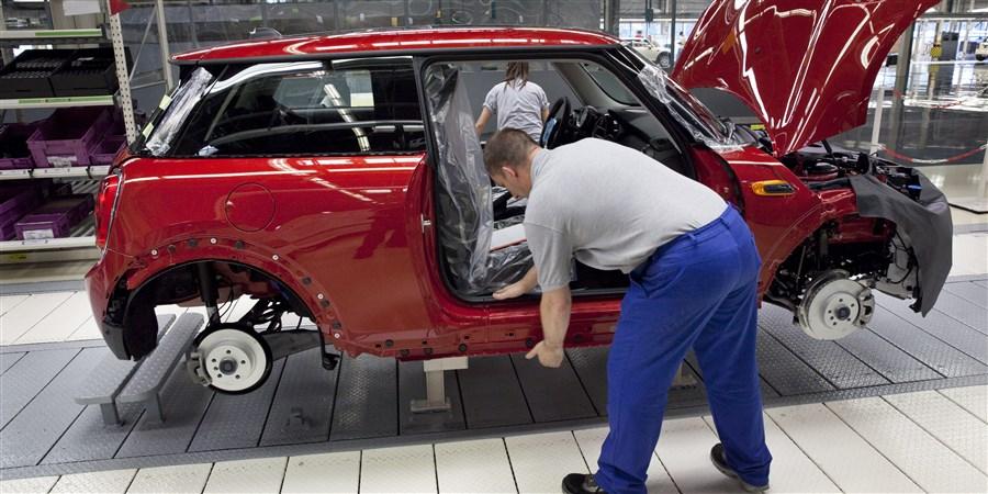 foto werknemer aan het werk in een autofabriek