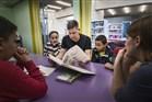 Man leest voor aan kinderen in een bibliotheek