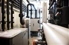 ruimte met de leidingen en de warmtepomp die via de warmte-koude opslag in de grond het klimaat van het gebouw regelt.
