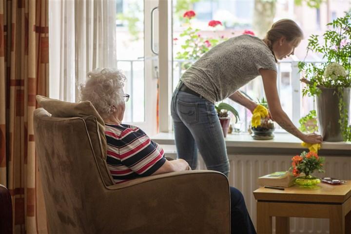 Oudere dame krijgt huishoudelijke hulp om langer zelfstandig te kunnen blijven wonen