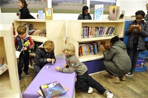 Kinderen en ouders in bibliotheek